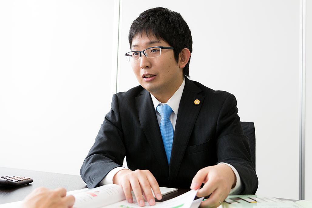 法律相談を受ける小湊敬祐弁護士