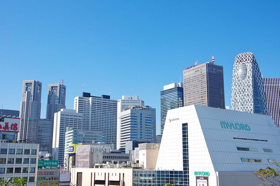 新宿駅から見た西新宿高層ビル群画像