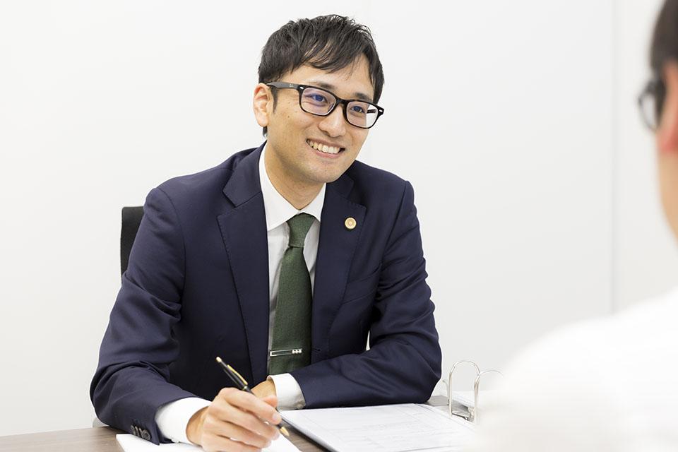 法律相談を受ける宮崎寛之弁護士