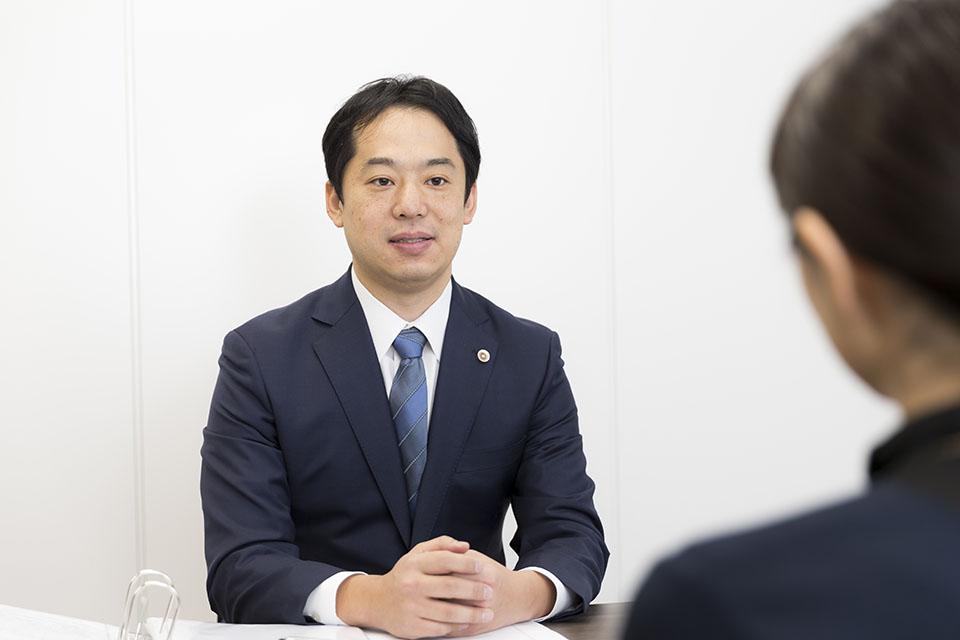 法律相談を受ける谷靖介弁護士